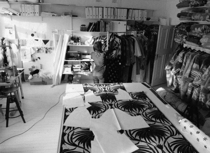 Marit Ilison oma ateljees. Ilisoni initsiatiivil saadeti valitusele ja kriisikomisjonile disainivaldkonna mikro- ja väikeettevõtete pöördumine. Foto: Marit Ilison Creative Atelier