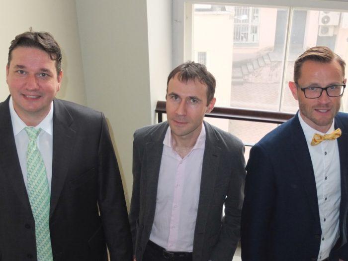 Filosoofiaõpiku autorid (vasakult): Bruno Mölder, Roomet Jakapi ja Marek Volt. Foto: Mats Volberg