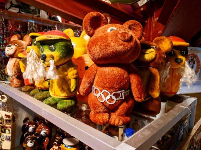 Moskva olümpiamängude maskotid lähevad suveniiridena endiselt müügiks. Foto: Chris Chambers