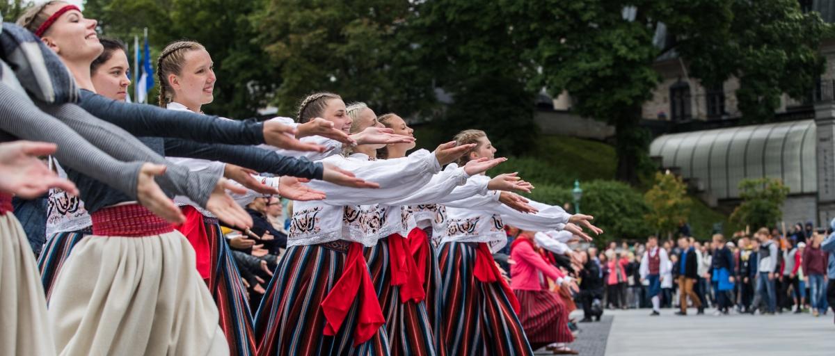 2017. aastal korraldasid noored tantsupeolised vihma tõttu ära jäänud tantsupeo asemel spontaanse etenduse Vabaduse väljakul. See on näide positiivsest afektist, mida iseloomustab isetekkelisus ja uudsus. Foto: Priit Simson
