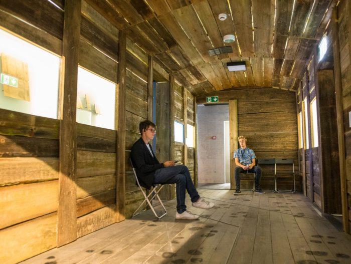 Vabamu loomavaguniks ümber kujundatud näitusesaalis saab teha kaasa mõttelise rännaku Siberisse. Foto: Raul Mee