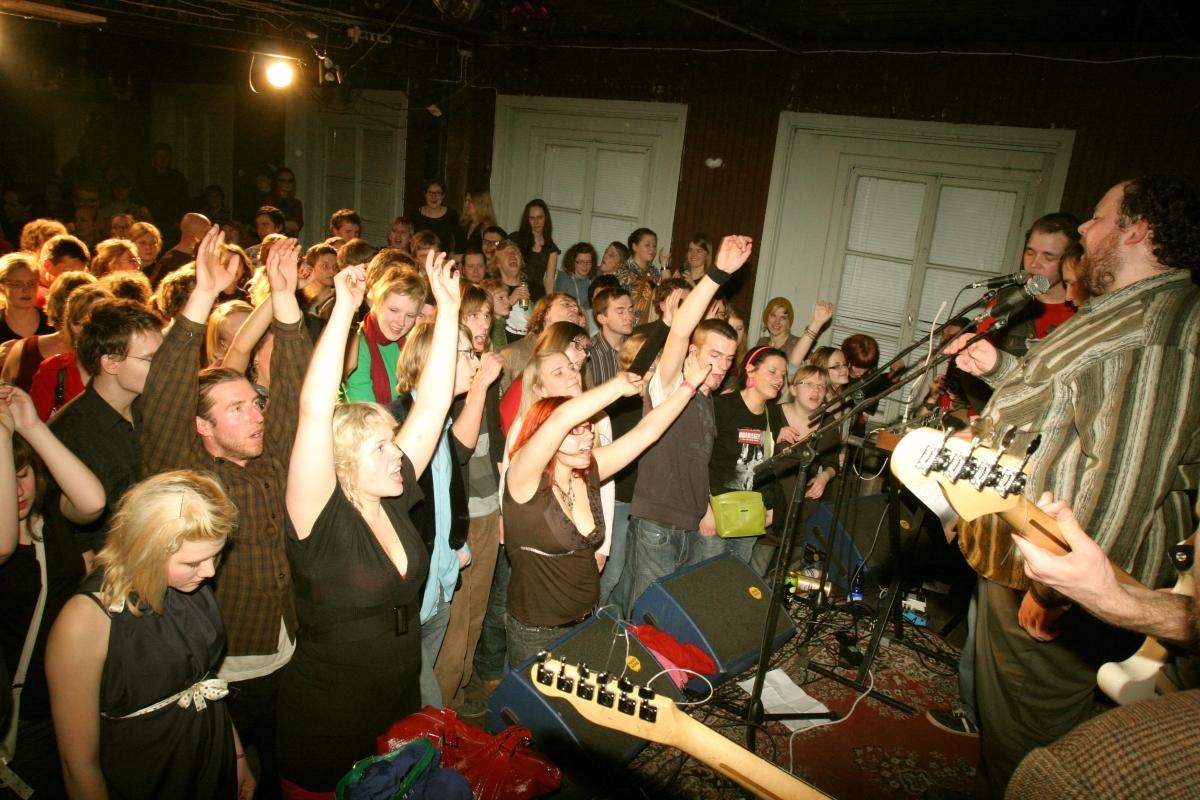 Kesse laulab köögis!?! Õige vastus: paremal Köögi peakokk Jaan Pehk ja GenKlubi publik Vastikul Diskol 2008. aastal. Foto: Lauri Kulpsoo