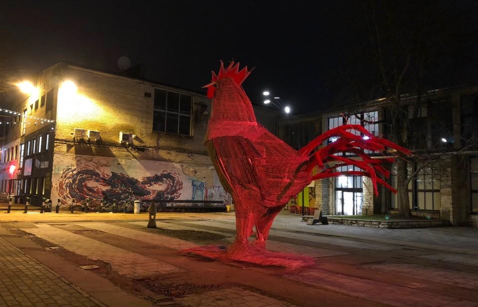 """""""Põleva Kuke"""" skulptuur Telliskivi Loomelinnakus. Foto: press"""