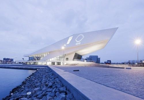 Põneva arhitektuuriga EYE filmiinstuut Amsterdamis