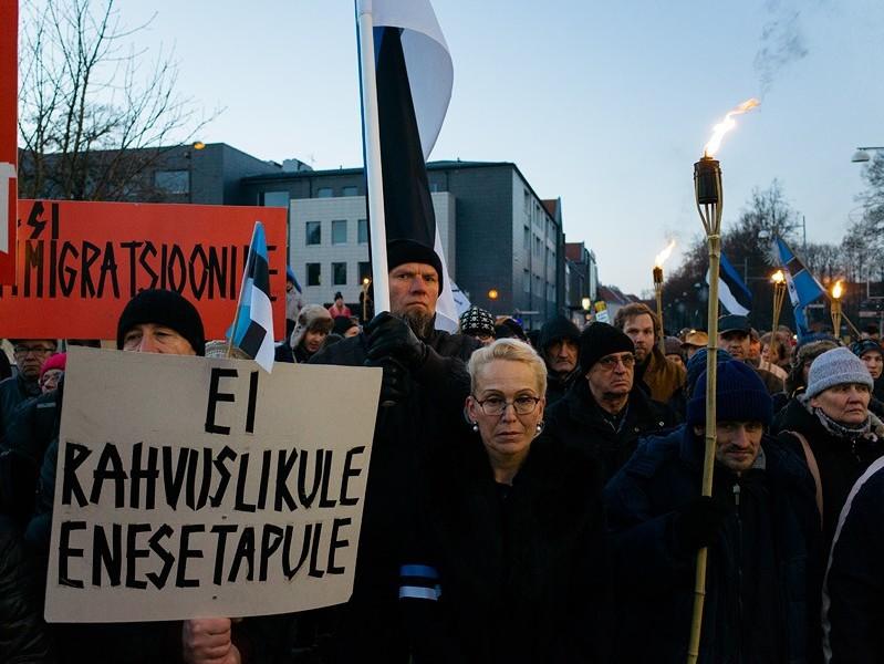 """2015. aasta detsembris toimus Tartus pagulastevastane tõrvikurongkäik. Loosungiga """"Ei rahvuslikule enesetapule!"""" oleks Eesti inimesel mõistlik võidelda aga pigem südame-veresoonkonna haiguste tekitajate vastu, sest need kujutavad endast meie ühiskonnale pagulastest märksa suuremat ohtu. Foto: Priit Mürk"""
