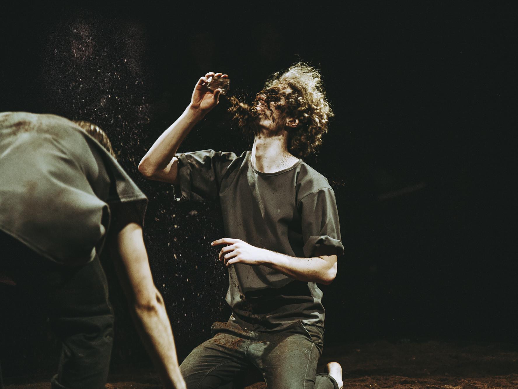 """Musta Kasti möödunud aasta hittlavastus """"Peks mõisatallis"""" pani näitlejad turbahunnikus püherdama. Fotod: Maris Savik"""