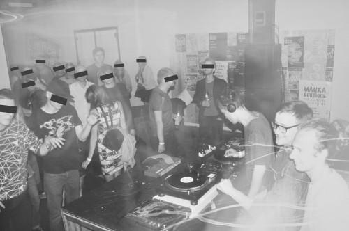 Sünkretismi DJd kohvikus Kanala 2014. aasta suvel. Foto: Helēna Spridzāne