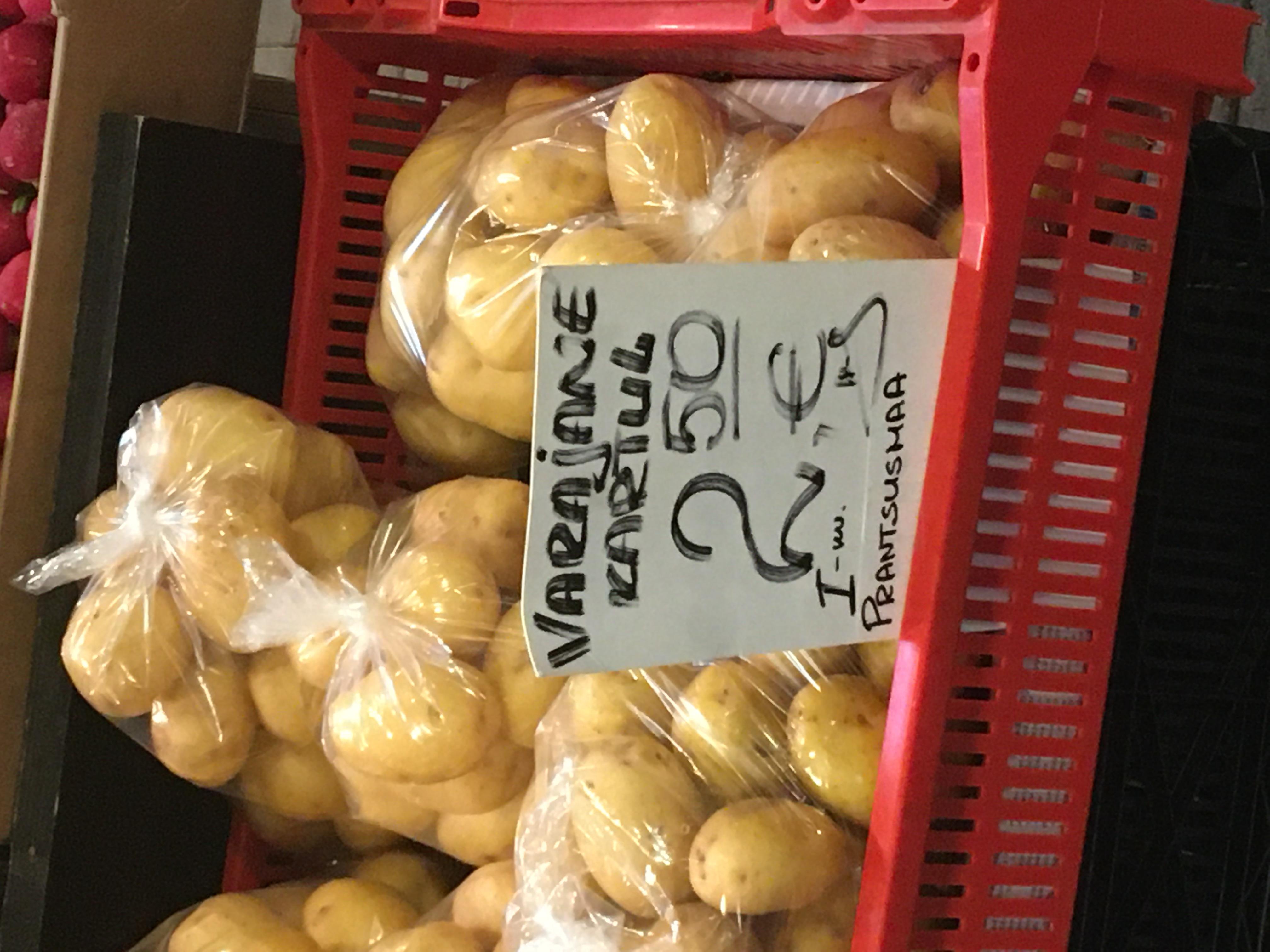 """Näide Balti jaama turu sildist, kus sõnas """"kartul"""" ei ole ei ladina suur K ega väike k, vaid kirillitsa к. Foto: Patrick Zavadskis"""