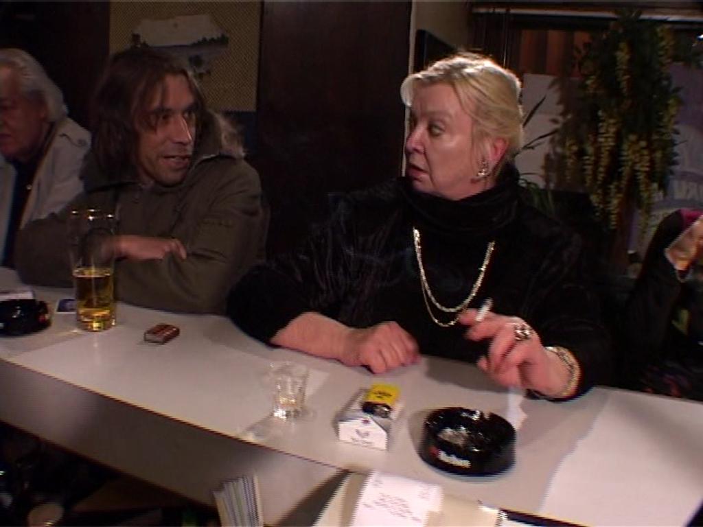 """Valges limusiinis võttele saabunud Ada Lundver kutsub korrale möirgavat Raul Velbaumi. Kaader saatest """"Telekool"""""""