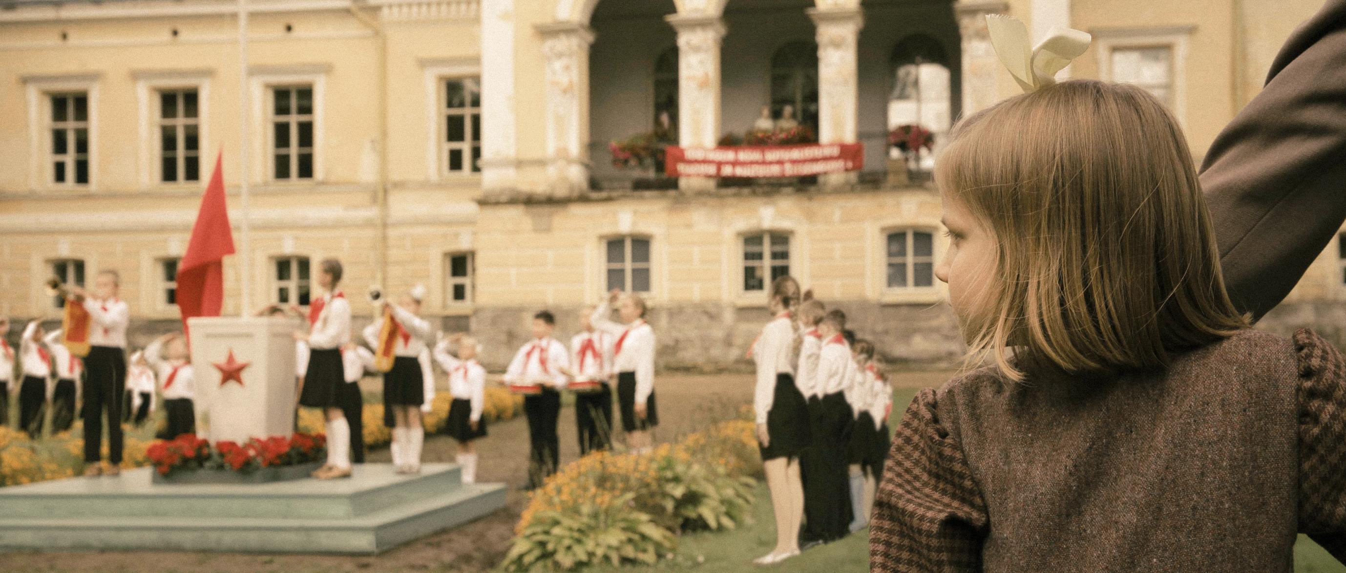 """""""Seltsimees laps"""", kontseptsioonifoto Leelo Tungla autobiograafilise teose ekraniseeringust, mis jõuab kinolevisse lähiaastatel. Amrion Productioni ja Eesti Filmi Instituudi loal"""