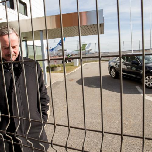 """Erik Prozes (Postimees) """"Poliitiline atentaat"""". Euroopast Eestisse saabunud Siim Kallas jõudis sotsiaaldemokraatidega valitsusliidu loomisel lõpusirgele. Ja siis juhtus midagi mõistetamatut: Kallas teatas ootamatult, et loobub valitsuse juhtimisest, ja kiirustas tunnipealt lennujaama, et sõita tagasi Brüsselisse."""