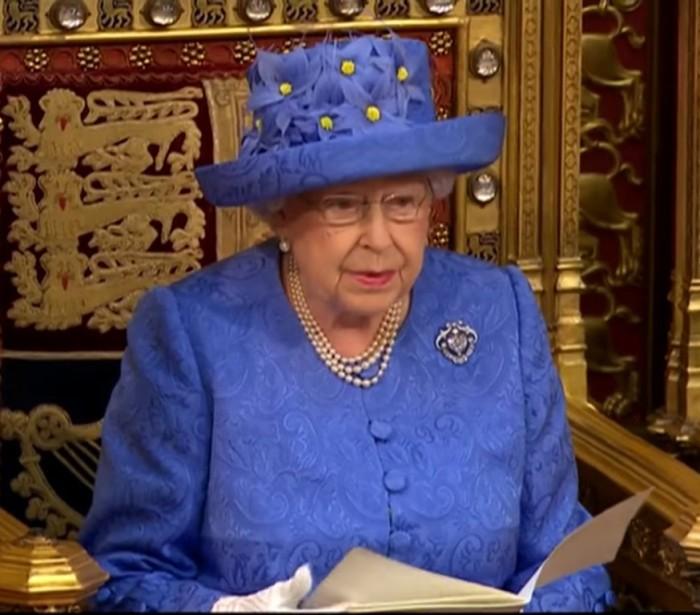 Elizabeth II kübar Briti parlamendi avaistungil väljendas paljude arvates kuninganna meelsust Brexiti suhtes. Foto: YouTube'i kuvatõmmis (CNN)