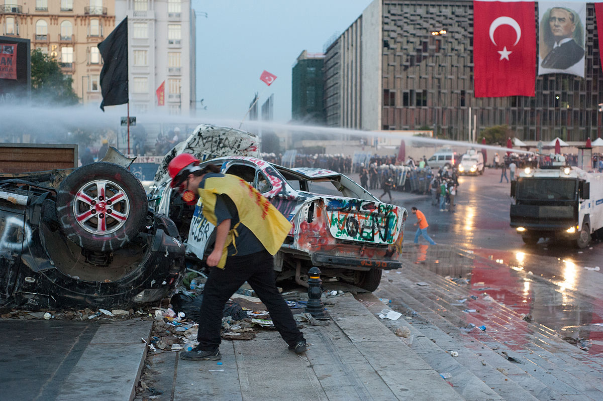 2013. aastal, pärast Erdoğani kümneaastast võimulolekut, toimusid üle Türgi suured valitsuse seatud piirangute vastased meeleavaldused. Pildil ajab mässupolitsei Taksimi väljakul Istanbulis protestijaid laiali. Foto: Mstyslav Chernov CC BY-SA 3.0