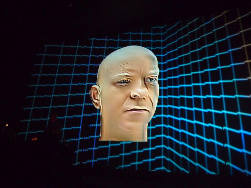 Atom™'i sõnum oli jõuline nii helis kui pildis. Rahvusvahelise popmuusikatööstuse aadressil oli tal öelda üsna krõbedaid sõnu.  Foto: Marje Ingel