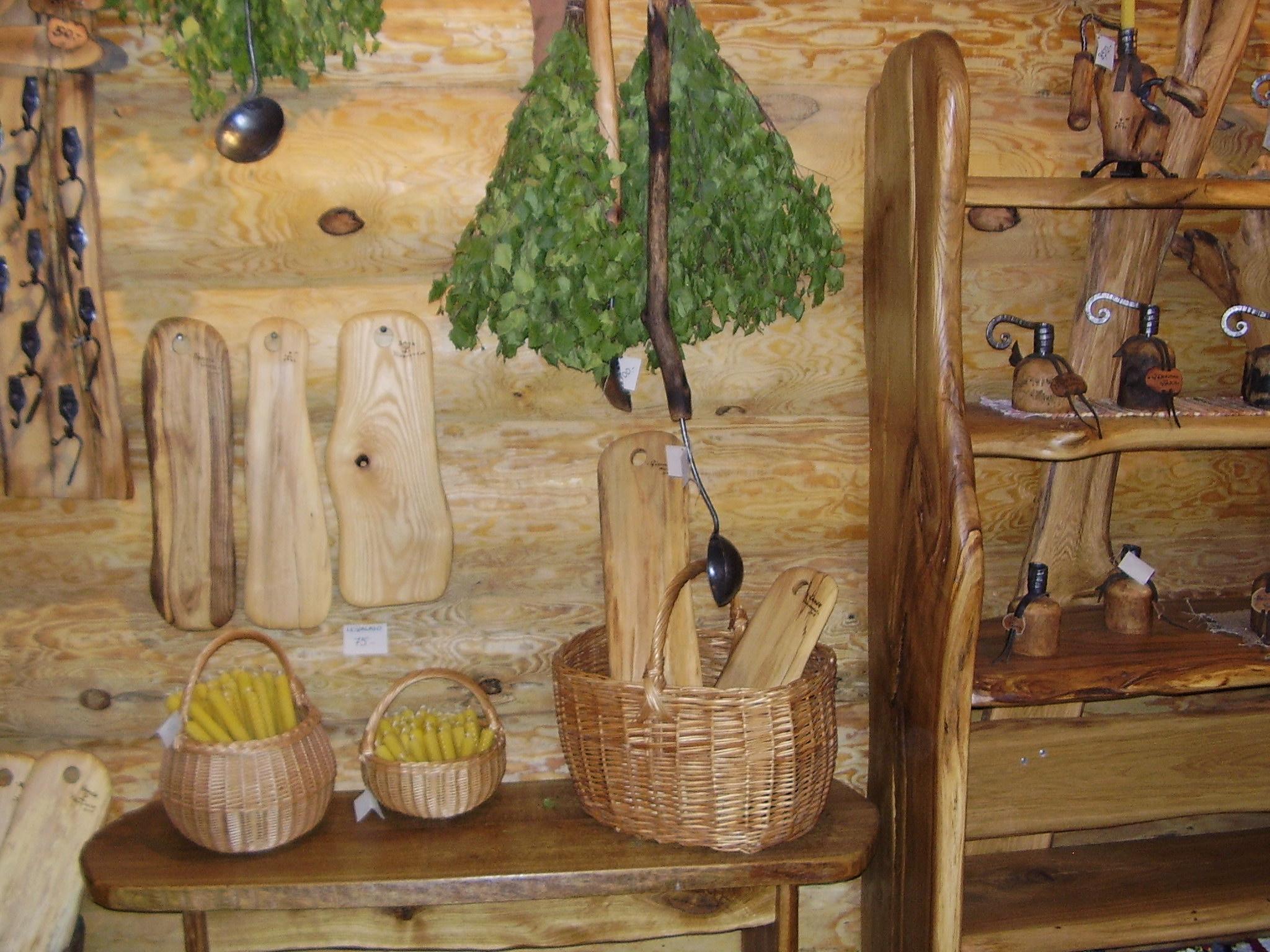 Rõuges turistidele müüdavad saunavihad, lõikelauad ja küünlad. Foto: Maarja Kaaristo