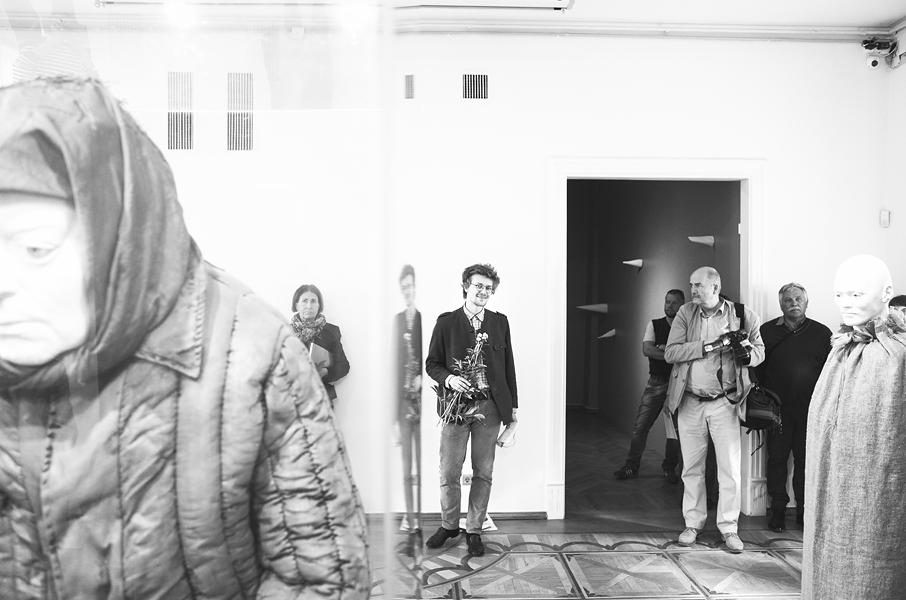 Pildi keskel naeratab näituse avamisel kuraator Gregor Taul. Foto: Priit Mürk