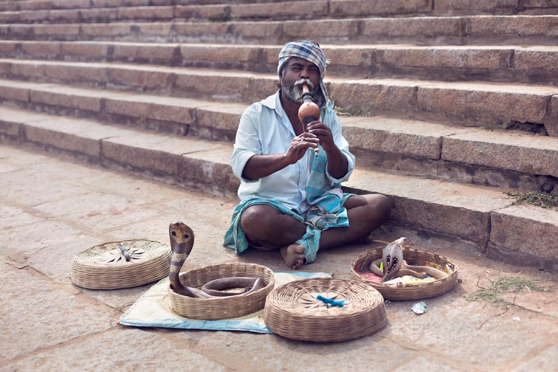 Rabu oma kahte kobrat tantsitamas ja taltsutamas. Asukoht: Hampi Karnataka, India. Foto: Ivonne Veith