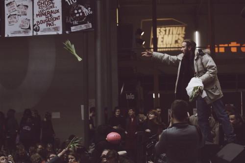 Rahvale jagatakse meeleavalduseks punaseid tulpe. Foto: Renee Altrov