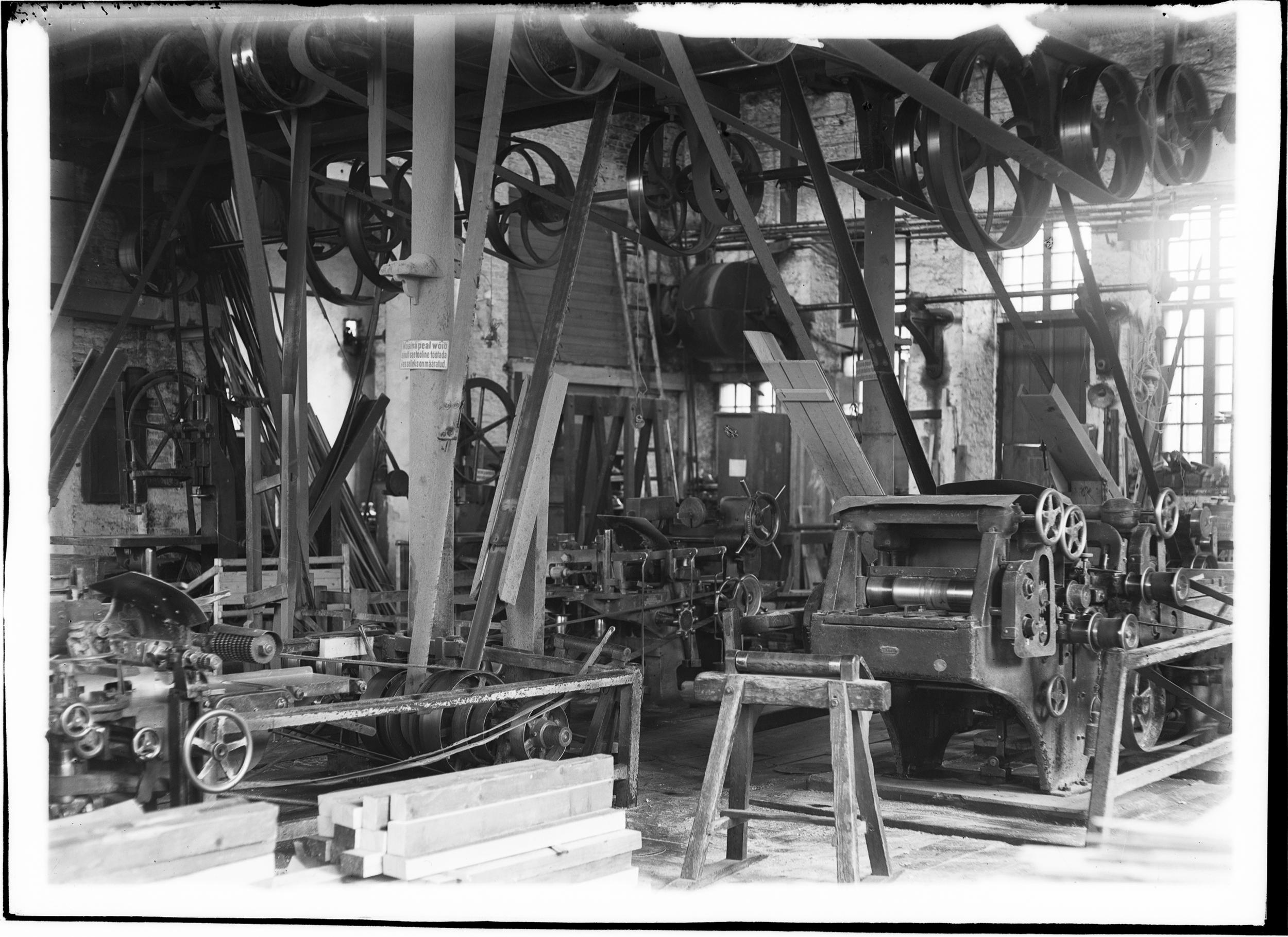 Raudtee peatehase interjöör 1919. aastal. Masinaid ja tööpinke käitavad rihma-võllajami süsteem. Foto: Ajaloomuuseum