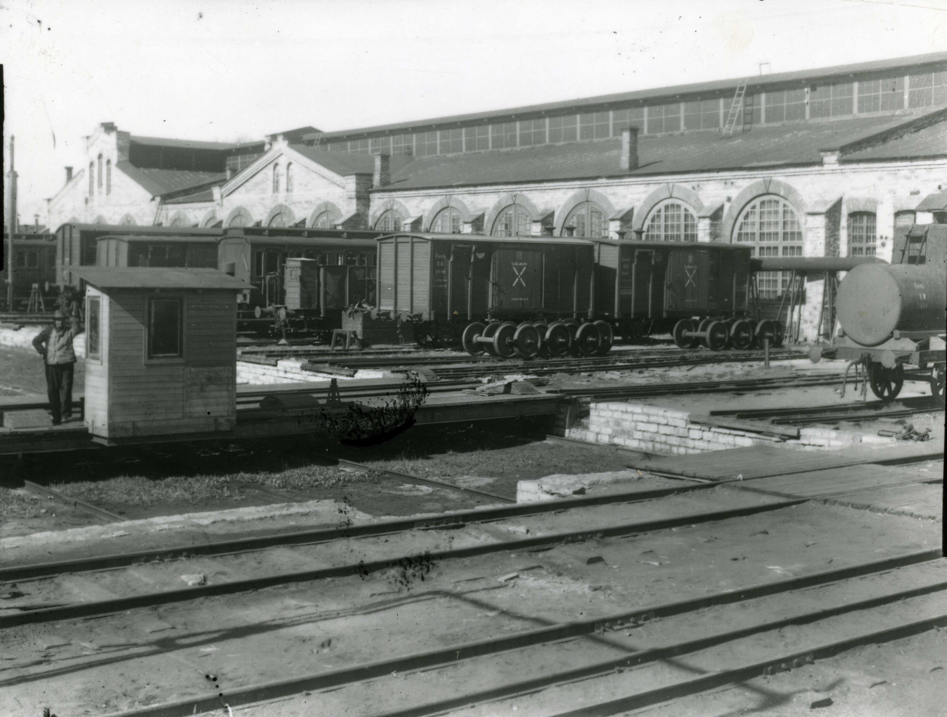 Raudtee Peatehaste vagunitöökoja edelafassaad 1920.-1930. aastatel. Esiplaanil vagunite rööbastega paigutuslava. Foto Raudteemuuseum