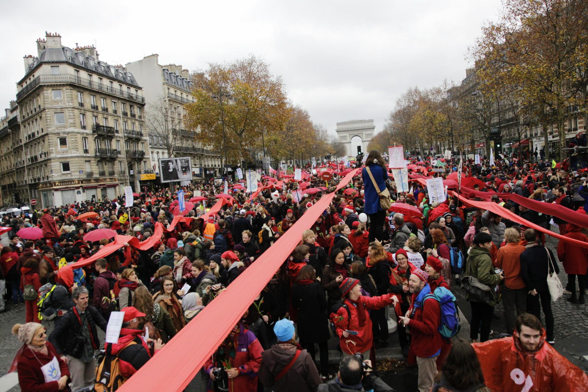 Laupäeva, 12. detsembri keskpäeval kogunes Pariisis Triumfikaare alla tuhandeid rahvusvahelisi aktiviste, et seista kliimaõigluse eest. Foto: Renee Altrov