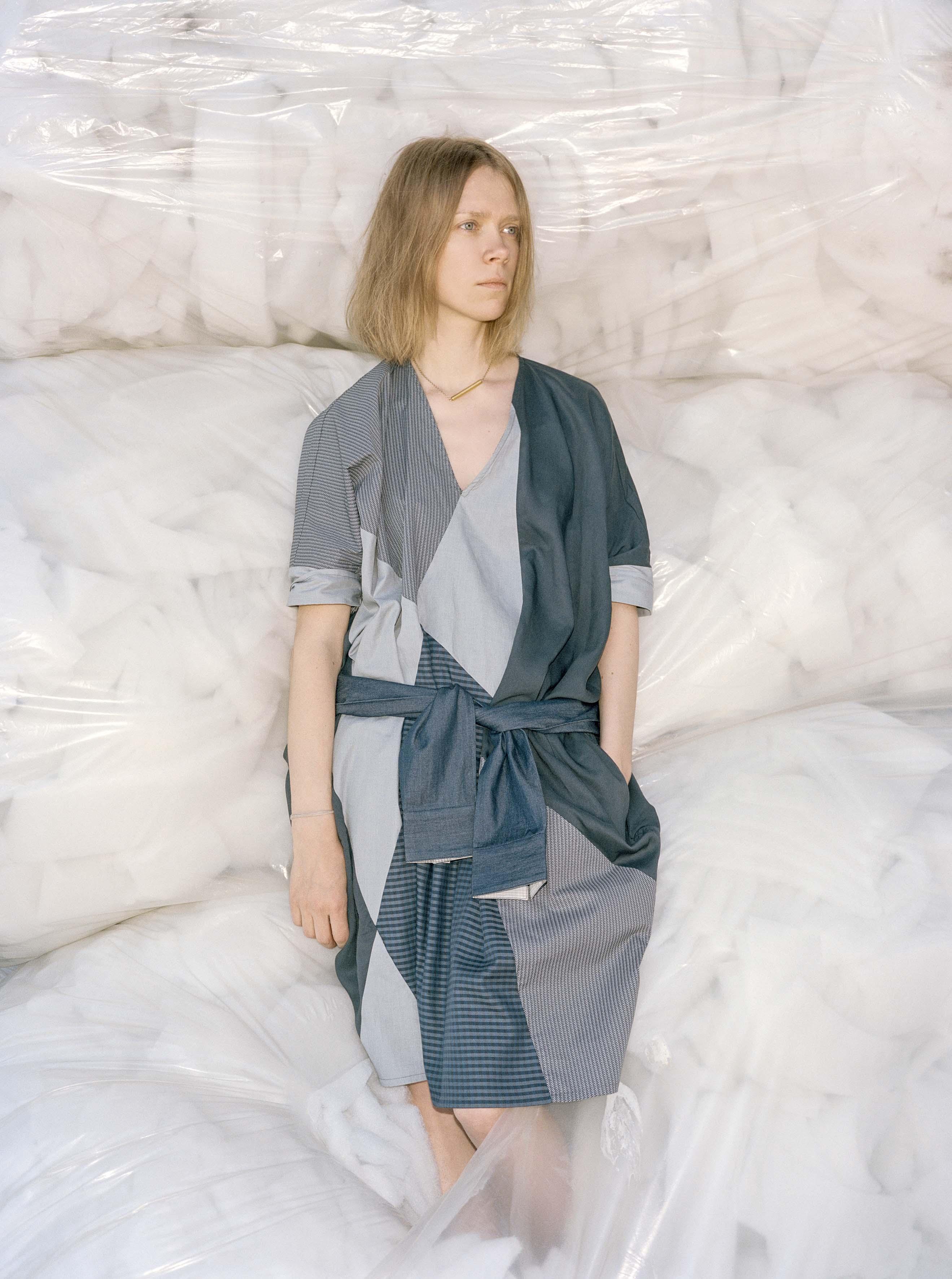 Reet Aus rõivatööstuse jääkidest disainitud kleidis. Foto: Dmitri Gerasimov