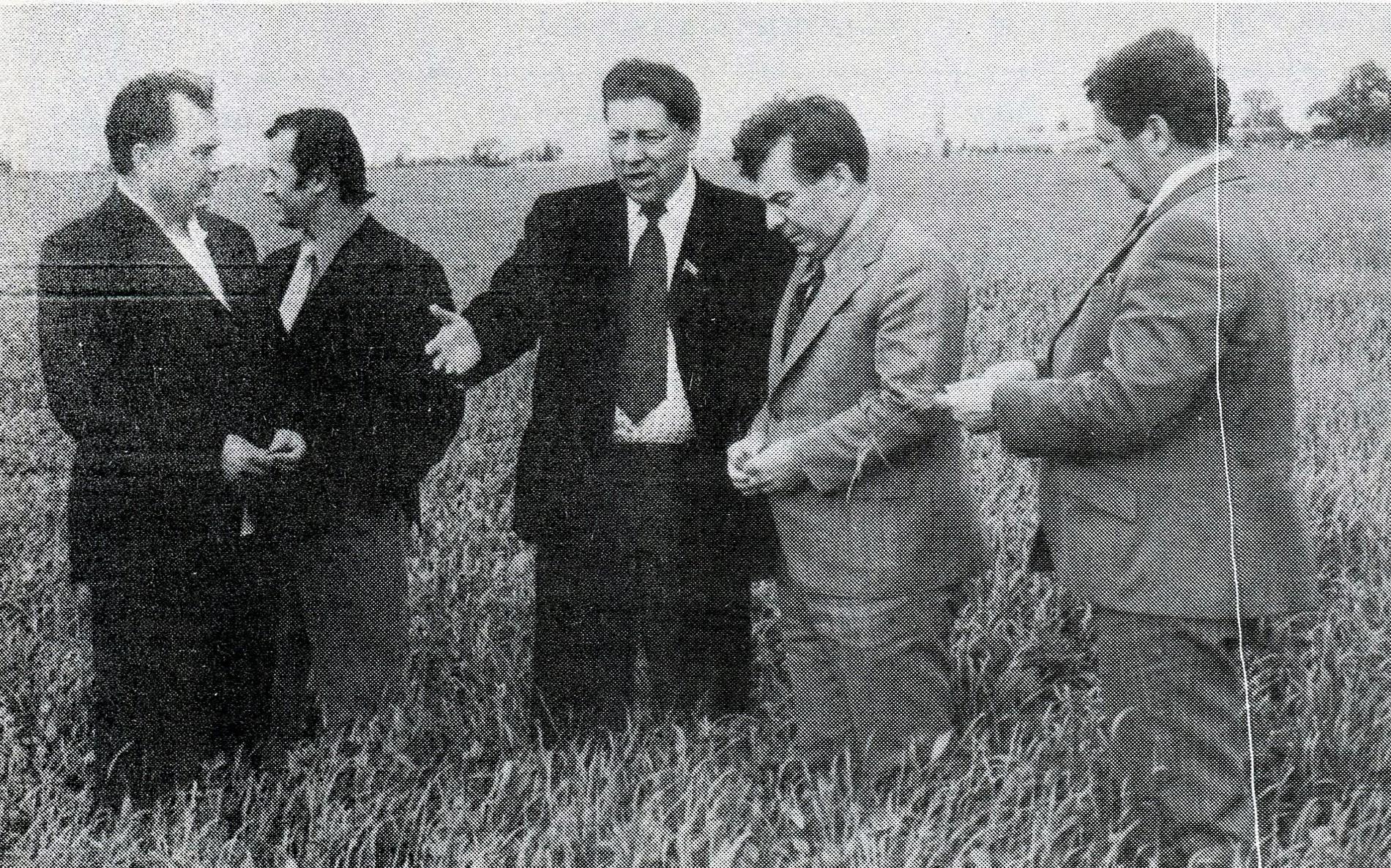 """Sotsialistliku Põllumajanduse maagiline mõõde avaldub fotožanris """"ülikondades mehed viljapõldude keskel"""""""
