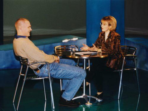 """Saate """"Insider"""" stuudio 1999. aastal. Vasakult majandusanalüütik Hardo Pajula ja saatejuht Marica Lillemets. Foto: Ülo Josing / ERR"""
