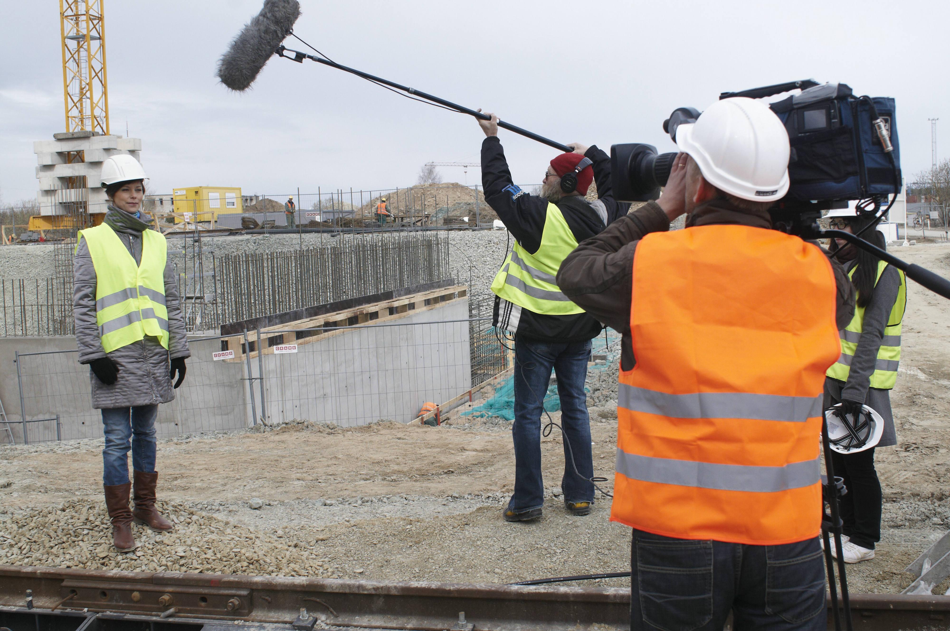 """Vasakult saate """"Kapital"""" autor ja saatejuht Eva Tihhonova, helirežissöör Henn Liiva ja operaator Tarmo Korol 2011. aastal. Foto: Ülo Josing / ERR"""