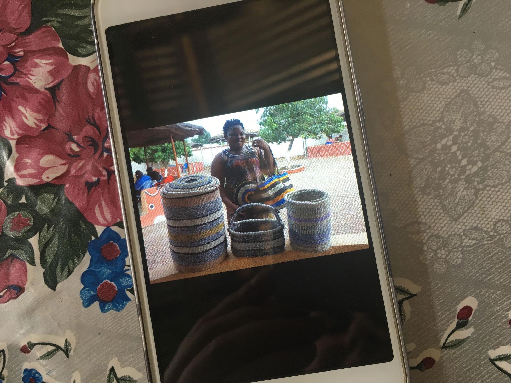 Marco näitab telefonist pilti korvipunujast, kes poseerib oma Sachet-kottidest tehtud korvidega.