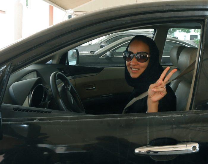 Saudi Araabia aktivist Manal al-Sharif 2013. aastal Araabia Ühendemiraatides Dubais autoroolis. Alates käesoleva aasta juunist tohib ta autot juhtida ka oma kodumaal. Foto: Marwann Naamani / Scanpix