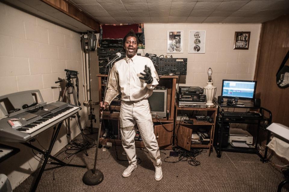 Neville oma kodustuudios. Foto: Tony Harding