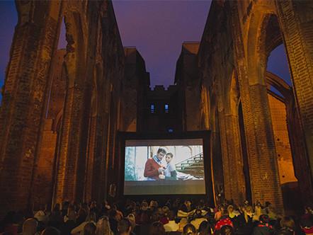 Hansapäevadel on Elektriteater juba kolm aastat näidanud öökino Toomkiriku varemetes. Foto: Elektriteater
