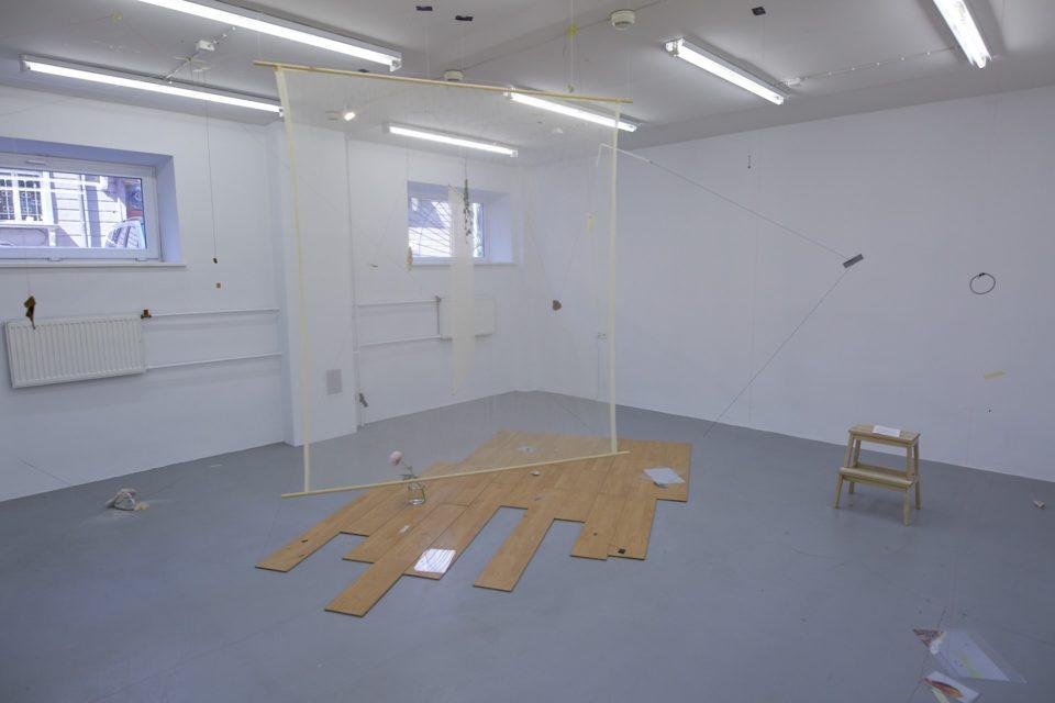 """Noore Kunstniku preemia pälvinud Hedi Jaansoo installatsioon """"Argused, nõrkused, ilud, sõlmed ja peaaegu mittemidagi"""". Foto: Martin Buschmann"""