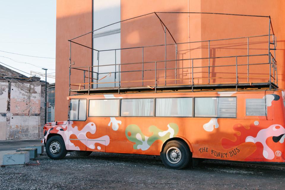 Estrada Orchestra kontsertbuss, mis omandas hiljem ka uhke lavafunktsiooni. Foto: Aleksander Kelpman