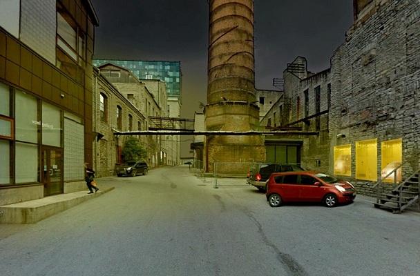 """Mikkel Carl. """"Uued maalid parkivate autode tuledes"""", 2013. Esmaabitekid (kuldsed), lõuendiraamid, autod. Foto: Mikkel Carl"""
