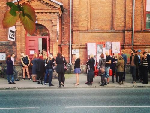 Järjekord Tartu Uue Teatri ukse ees