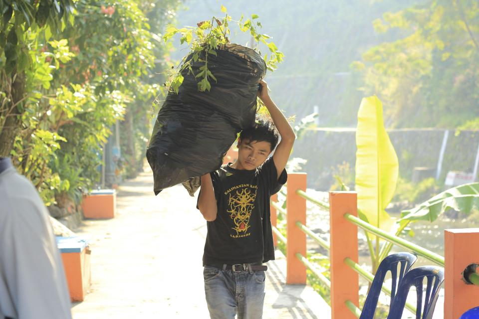 Vabatahtlik prügikoristaja Yogyakartas. Foto: Berit Renser