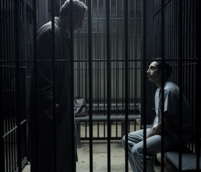Advokaat John Stone'i kehastav John Turturro ja Nasiri osatäitja Riz Ahmed. Kaader sarjast