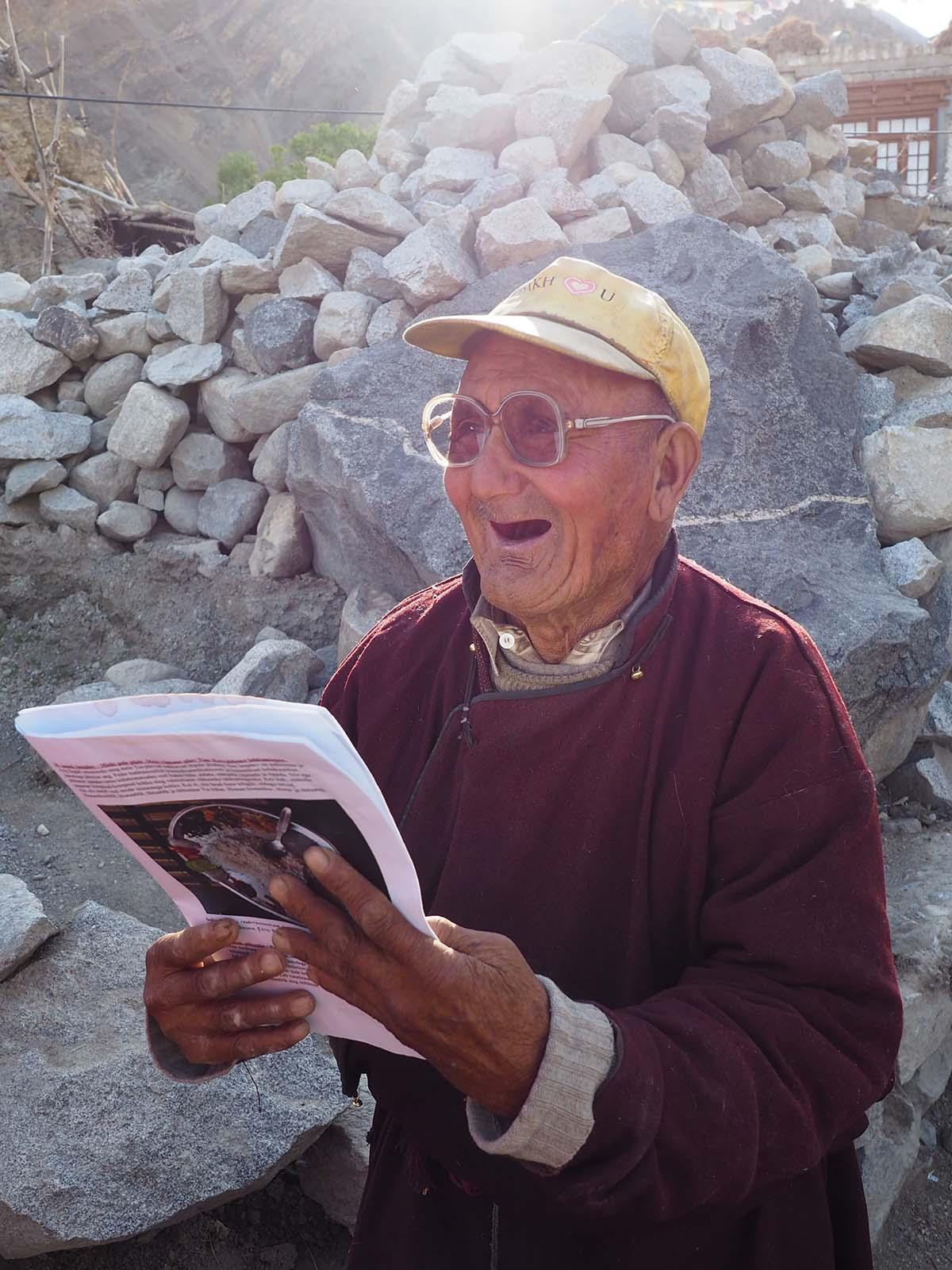Tia külaelanik rõõmustab paari aasta taguse pildi üle, mis temast reisi kataloogis trükitud. Lisaks on Laama talle just üle andnud kellegi eesti pensionäri vanad prillid, mille üle Tia küla vanal mehel nähtavasti samuti väga hea meel on.