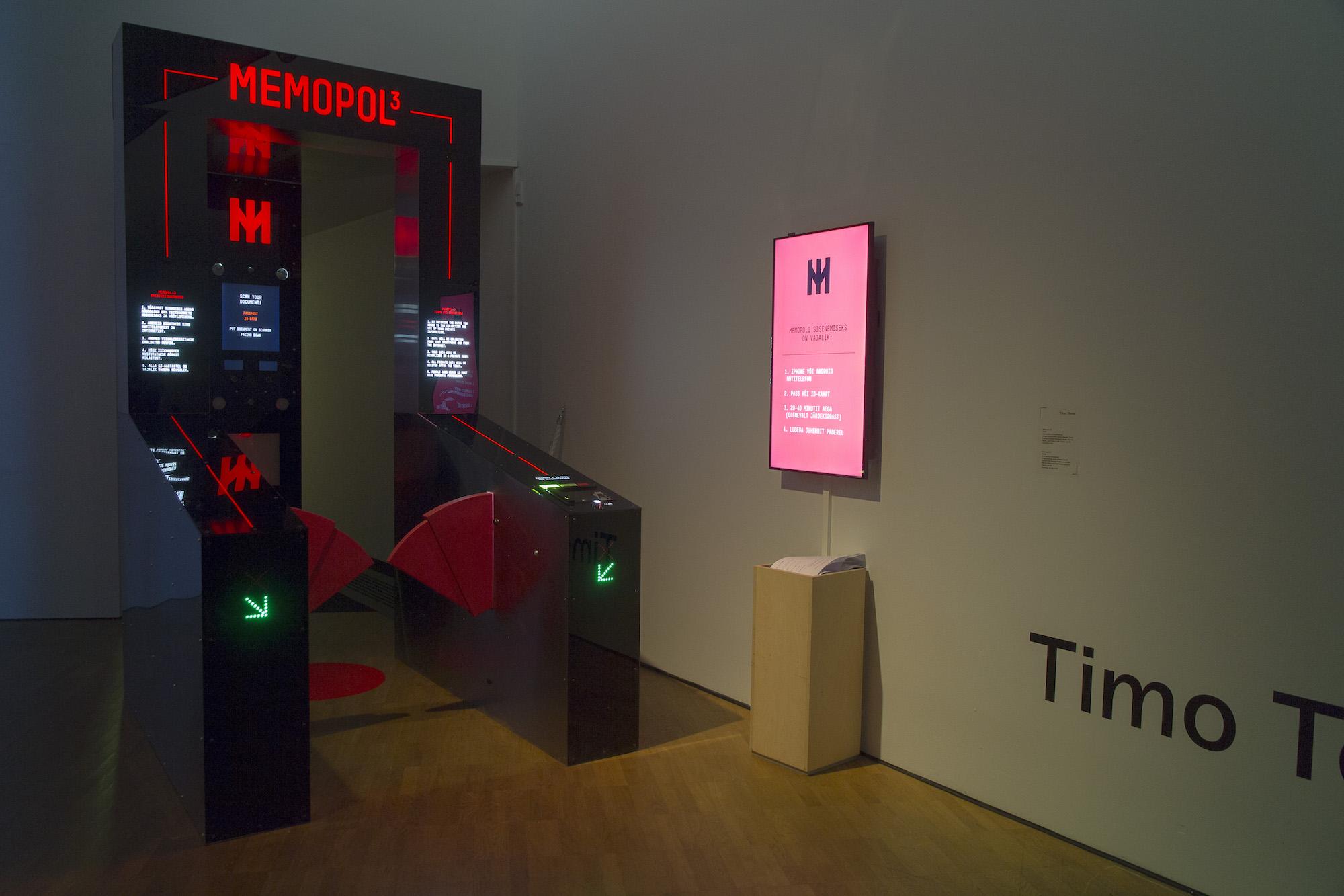 """Installatsiooni """"Memopol 3"""" sissepääs KUMU näitusel """"Ekraani arheoloogia"""" 2018. aastal"""