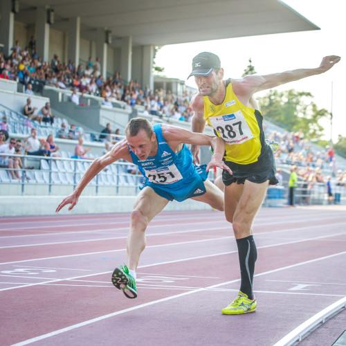 """Hendrik Osula (Delfi) """"Tuline finišiheitlus"""". Eesti kergejõustiku meistrivõistluste 5000 m jooksu finaaliheitlus, kus millisekundite mängus jäi peale Roman Fosti."""