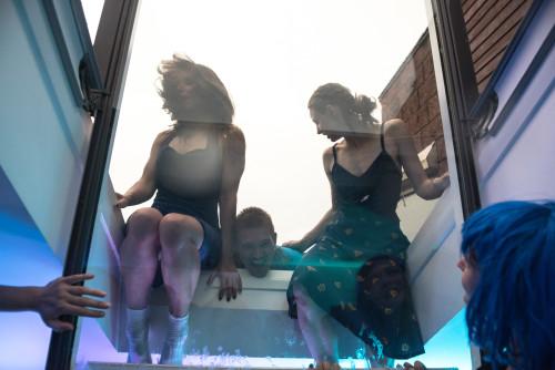 """Korteripidu UITi moodi ehk installatiivne tant-performance """"Beetareaalsus"""""""