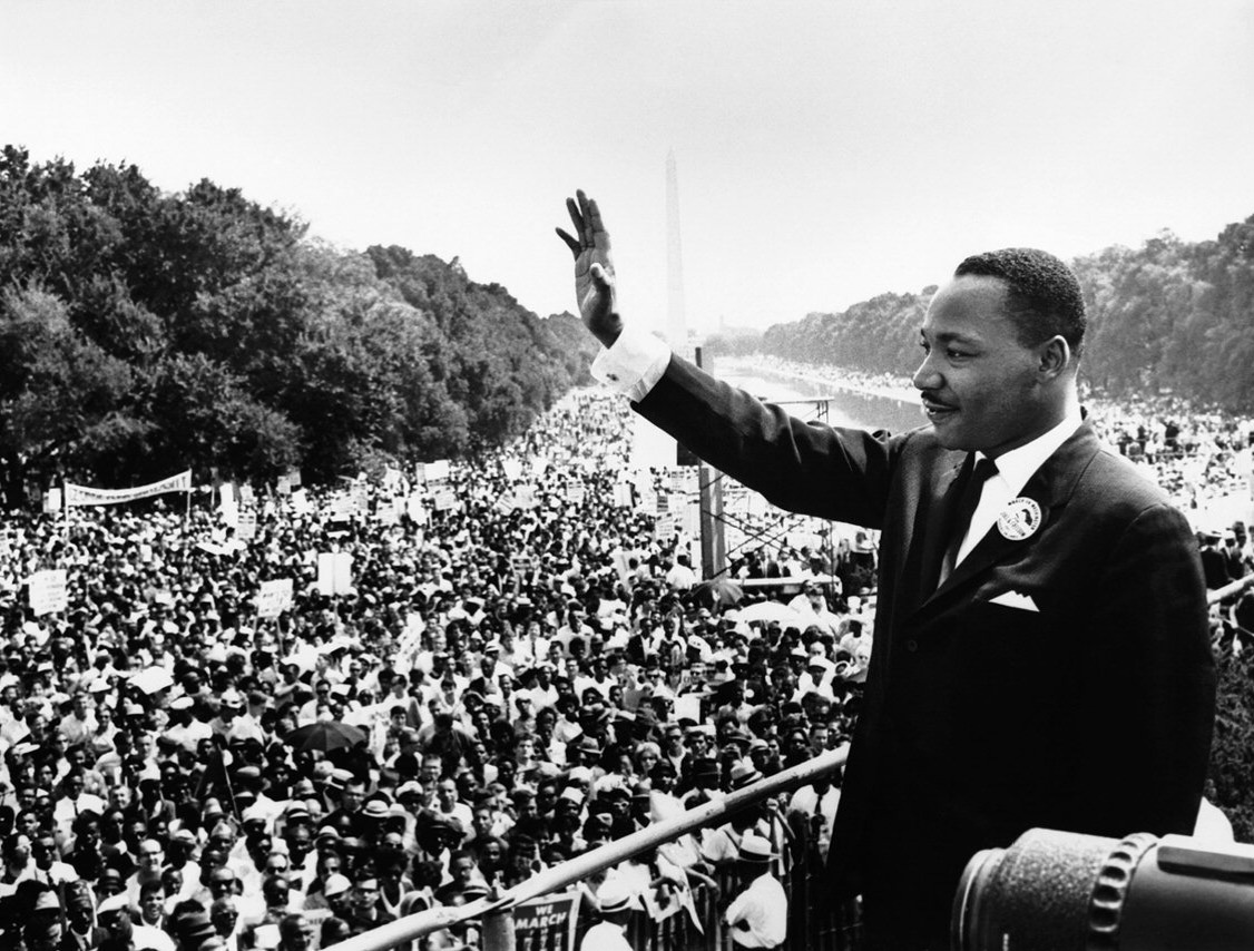 Martin Luther King Jr. tervitamas rahvahulka 1963. aastal Washingtonis. Allikas: Wikimedia Commons