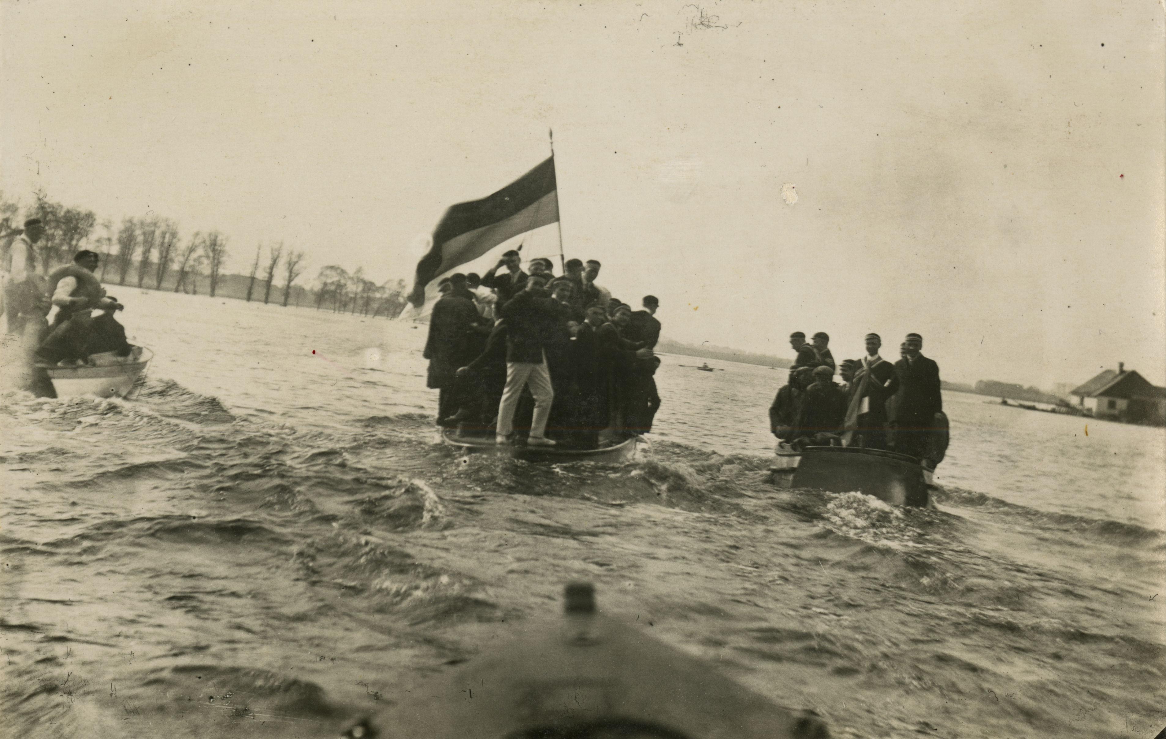Ugala liikmed 1926. aasta kevadkommersi ajal Emajõel. Foto: korp! Ugala arhiiv