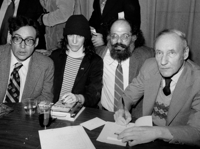 "Film ""Onu Howard"" kihiseb New Yorgi kunstimaailma tegelastest, kelle hulgas näiteks (paremalt) William S. Burroughs, Allen Ginsberg ja Patti Smith. Foto: Wikipedia"