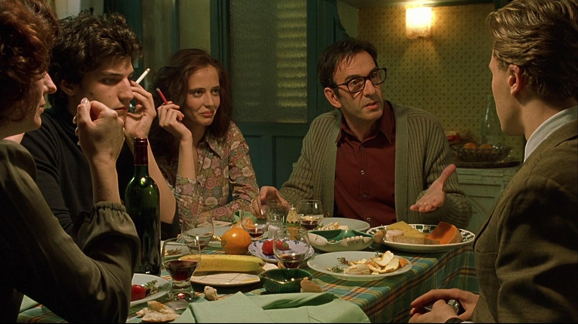 """Bernardo Bertolucci """"Unistajad"""" näitab vabameelset, muretut ja veinist läbi imbunud peredünaamikat. Kaader filmist"""