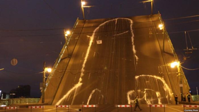 """Voina teos """"Peenis vangis FSBs"""" (2010) Peterburi Liteinõi sillal."""