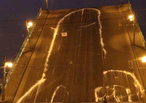"Voina teos ""Peenis vangis FSB-s"" (2010) Peterburi Liteinõi sillal."