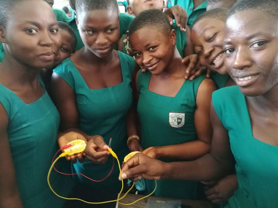 Koolide varustatus õppevaraga on üsna nigel ja loodusteadustes ei tehta näiteks üldse katseid. Sestap rõõmustavad neiud Kongo gümnaasiumist siiralt, kui vask- ja tsinkelektroodiga apelsinipatarei neil LED-lambi põlema paneb